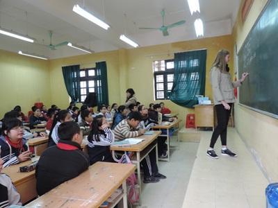 一群越南學童專心聆聽志工教師上英語課