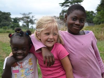兒童跟隨家人進行海外志工朋友,認識世界