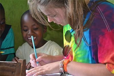 參與Projects Abroad寒假特別項目的志工在加納的學校幫助當地學童