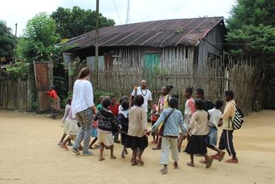 馬達加斯基兒童與Projects Abroad志工一起在安達西貝城鎮一起玩樂。