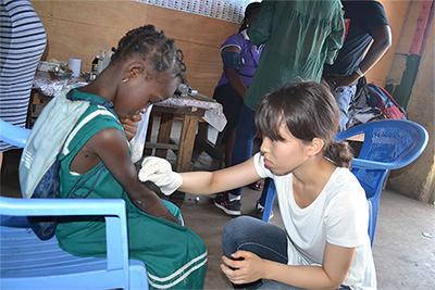 加納病童接受Projects Abroad寒假志工的診治
