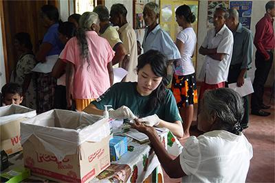 Projects Abroad的寒假國際醫學志工們於外展服務中為弱勢社群提供基本身體檢查