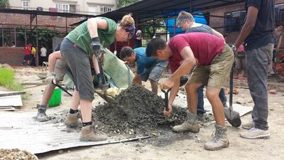 災後支援及重建項目的志工在尼泊爾的加德滿都合力幫忙重建學校課室