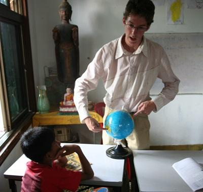 教學志工在柬埔寨進行英語指導工作