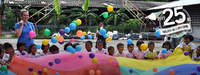 兩名志工在關愛機構為孩子組織學習活動