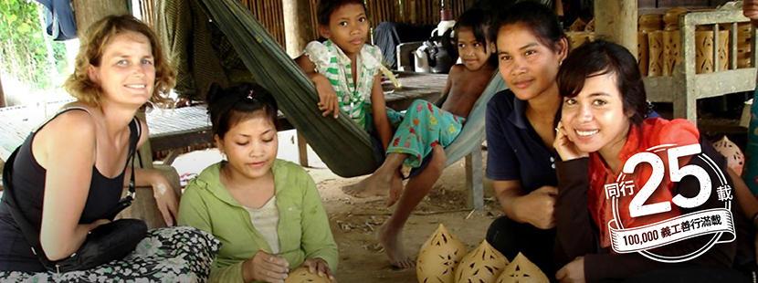 一群當地人教導國際志工了解他們的傳統文化