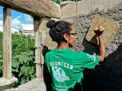 志工參與牙買加復活節志工營的社區建設工作,協助翻新房屋