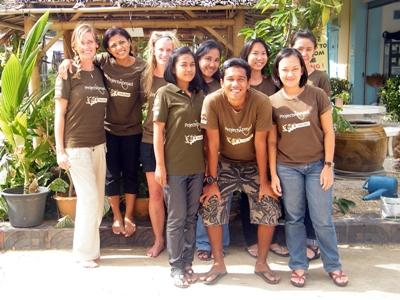 Projects Abroad泰國員工在辦事處前的合影